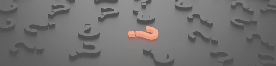 oranges Fragezeichen vor vielen grauen Fragezeichen, Symbolbild Beratungfragezeichen
