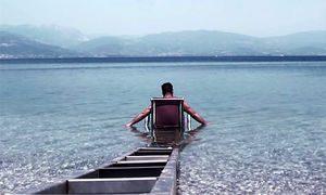seatrac: Mann gelangt mit Rollstuhl ins Meer © 2014 HELLAS AUF DEUTSCH
