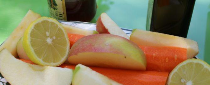 Zutaten für Sommersaft mit Leinöl: Karotten, Äpfel, Zitronen, Honig, Foto: Kerstin Huber-Eibl