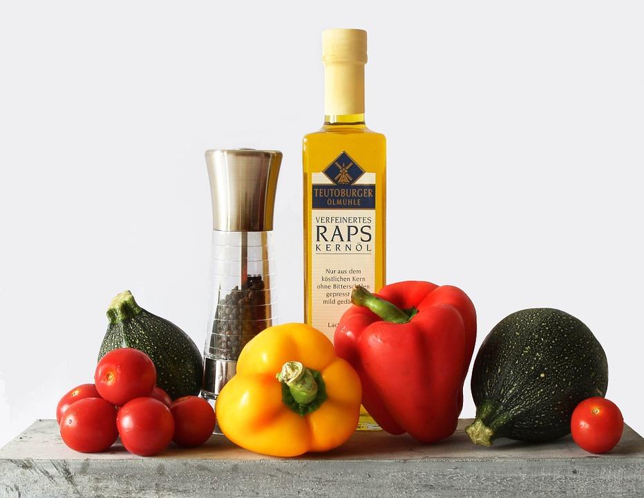 Symbolbild gesunde Ernährung: Tomaten, Paprika, Zucchini, Pfeffermühle, kaltgepresstess Öl