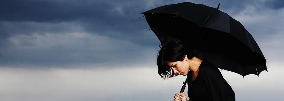 Symbolbild Psyche: schwarz gekleidete junge Frau mit schwarzem Schirm, Credit: Engin_Akyurt, Pixabay
