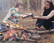 Symbolbild Freundschaft: zwei jungen Frauen am Lagerfeuer, Foto: StockSnap, Pixabay