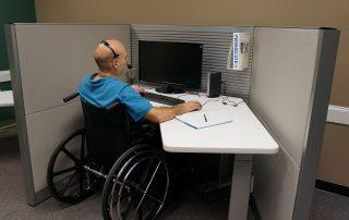 Rollstuhlarbeitsplatz im Büro, Foto: Richard (Dick) Kaufman