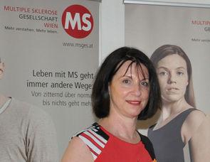 Karin Krainz-Kabas (Geschäftsführerin MS-Gesellschaft Wien) begrüßt mehr als 100 Gäste.