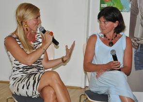 Mag. Ina Sabitzer (Moderatorin) und Helga Marwan-Schlosser (Leiterin des Wohnhauses des Vereins Lebensraum)