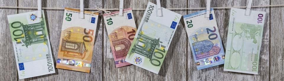 Geldscheine hängen an Wäscheklammern auf Wäscheleine, Credit: Bruno Glätsch, Pixabay