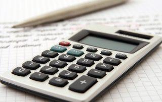 Symbolbild Finanzen: Stift, Zettel und Taschenrechner, Credit Robert Owen-Wahl