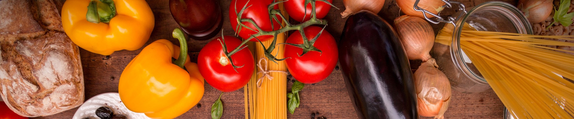 Symbolbild Ernährung: Spaghetti, Tomaten, Paprika, Aubergine, Basilikum, Credit: Pixabay