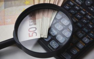 Symbolbild Finanzen: 50-EuroScheine und Taschenrechner, Credit: loufre, Pixabaychner