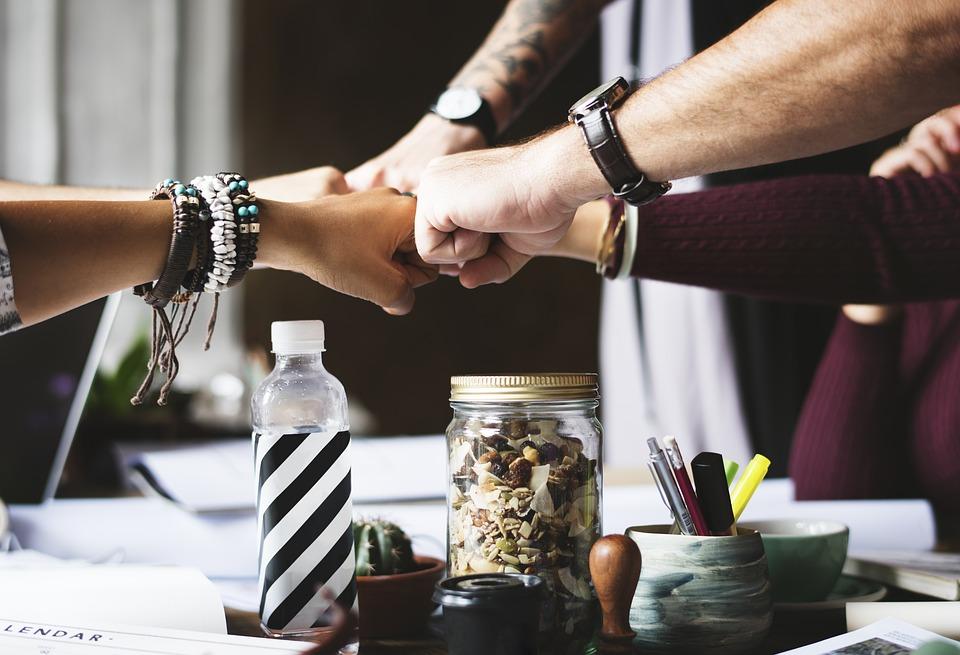 Symbolbild Zusammenhalt in der Arbeitswelt, Credit: rawpixel, Pixabay