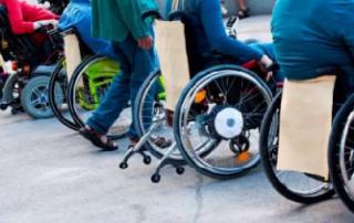Rolli Tanztechnik: Rollstuhlfahrerinnen und zu Fuß tanzende Menschen von hinten, Foto: Projekt Reduzierte Vielfalt II