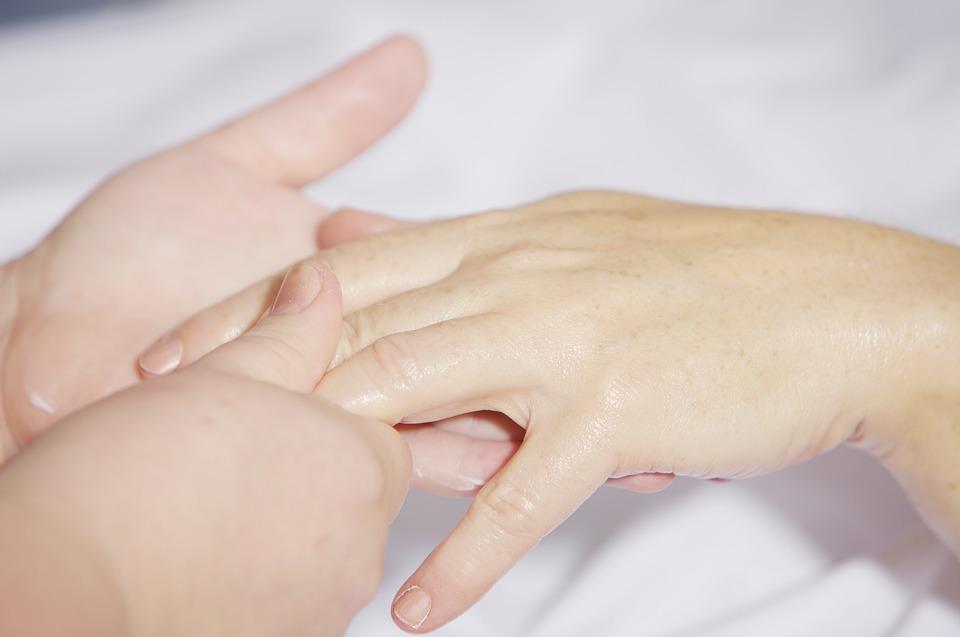 Symbolbild Pflege: Im Bild sind 2 Hände zu sehen. Credit: andreas160578, Pixabay