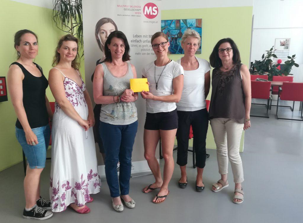 Dominique Greger von der Sporthalle Wien bei der Spendenübergabe, Foto: MS-Gesellschaft Wien