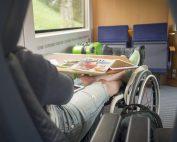 Rollstuhlfahrerin im Zug, Copyright: Lukas Kapfer | www.th-10.de