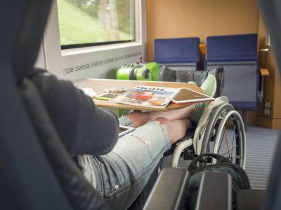 Rollstuhlfahrerin im Zug, Copyright: Lukas Kapfer   www.th-10.de
