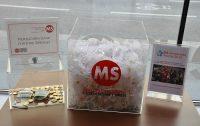 Welt-MS-Tag 2018 und 15 Jahre MS-Beratungszentrum: Spendenbox und MS Awareness-Ribbons. Foto: MS-Gesellschaft Wien