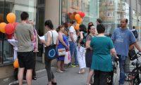 Welt-MS-Tag 2018 und 15 Jahre MS-Beratungszentrum: Besucherinnen und Besucher auf dem Gehsteig vor dem Beratungszentrum