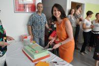 Welt-MS-Tag 2018 und 15 Jahre MS-Beratungszentrum: Karin Krainz-Kabas schneidet die Jubiläumstorte an. Foto: MS-Gesellschaft Wien