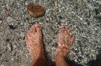 Symbolbild Kühlung: Füße in klarem Bachwasser, Credit: gefrorene_wand, Pixabay