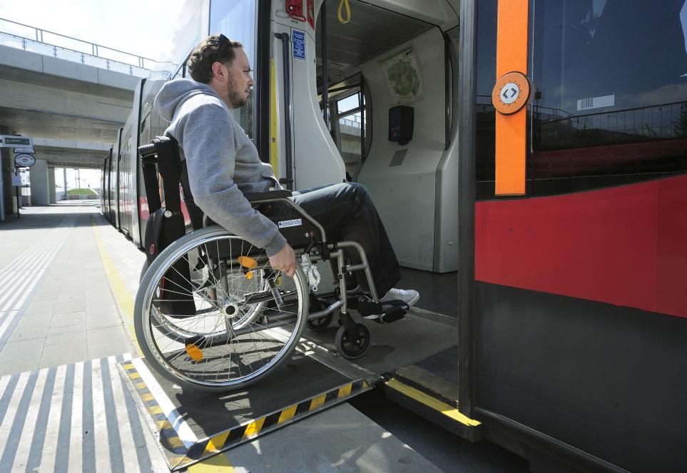 Barrierefrei mit den Wiener Linien unterwegs: Eine ausklappbare Rampe ermöglicht den Einstieg in eine Straßenbahn des Typs ULF. Foto: Johannes Zinner