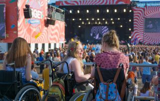 Rollstuhlfahrerinnen auf Festival, Copyright: Timo Hermann | Gesellschaftsbilder.de
