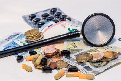 Geldscheine, Münzen, Medikamente und Stethoskop, Credit: Myriams-Foto, Pixabay