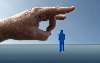 Symbolbild Kündigungsschutz: Überdimensionaler Finger schnipst Arbeitnehmer weg, Credit: Gerd Altmann, Pixabay