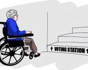 alte Rollstuhlnutzerin möchte ein Wahllokal erreichen, steht aber vor einer unüberwindbaren Treppe, Credit: EDF