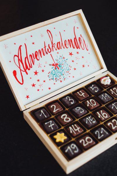 Adventkalender in Holzkiste mit Schokwürfeln, Credit: Markus Spiske, Unsplash