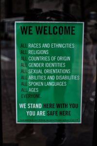 grünes Schild mit englischem Text, der Toleranz ausdrückt, Foto: Unsplash