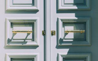 verschlossene, weiße Türe, Credit: Unsplash