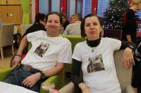 Sascha Nikodym und Lucia Schachamayr mit T-Shirts, auf denen ein Foto ihrer Spendenübergabe vom Sommer 2018 zu sehen ist