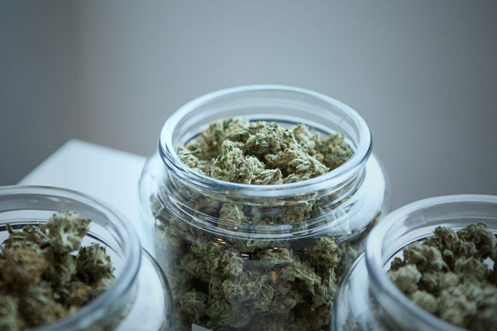 klares Glas mit Cannabisblüten gefüllt, Credit: Get Budding, Unsplash