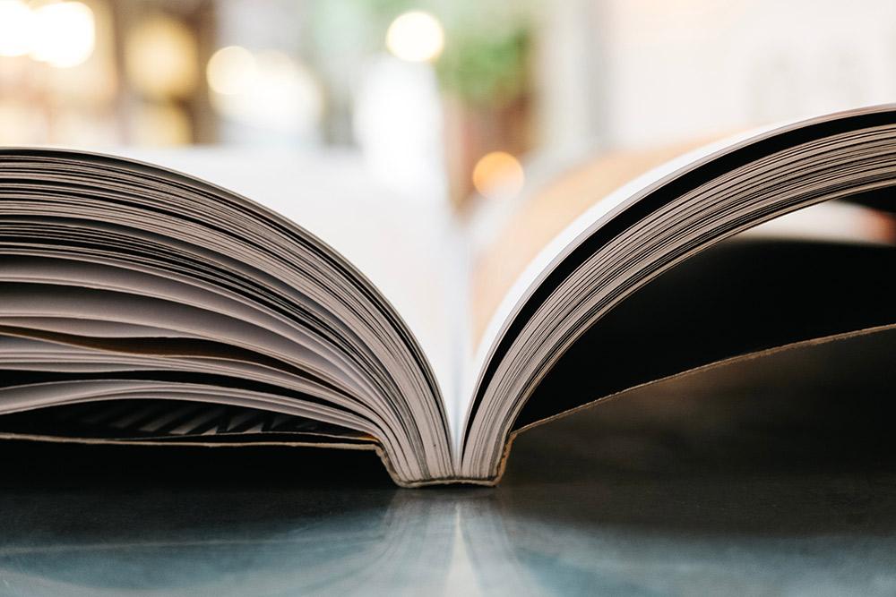 aufgeschlagenes Buch, Credit. unsplash. Übersicht zu Büchern, die sich mit dem Thema Multiple Sklerose aus unterschiedlichen Blickwinkeln befassen: Medizinische Fachliteratur, Rehabilitation, Symptomatik, Therapien, Krankheitsbewältigung, Psychologie, Ernährung, Autobiographisches, Romane und MS kindgerecht erklärt.