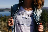 """Frau trägt T-Shirt mit Auschrift """"right to be wrong. Be free. Go your own way"""", Credit: Andrej Lišakov, Unsplash"""