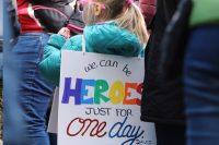 """Frauenmarsch am internationalen Frauentag, Kind mit Schild """"we can be heroes just for one day"""", Credit: Jessica Podraza, Unspolash"""