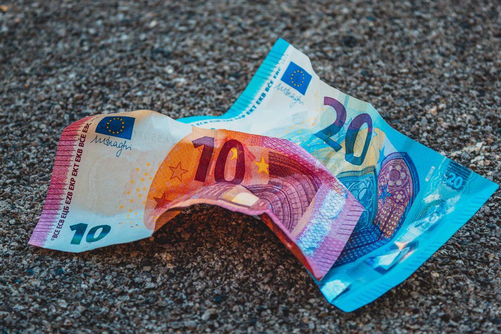 zerknüllte Euroscheine am Boden, Credit: Imelda, Unsplash