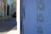 "lila Wand mit Aufdruck ""girl power"", Credit: Arièle Bonte, Unsplash"