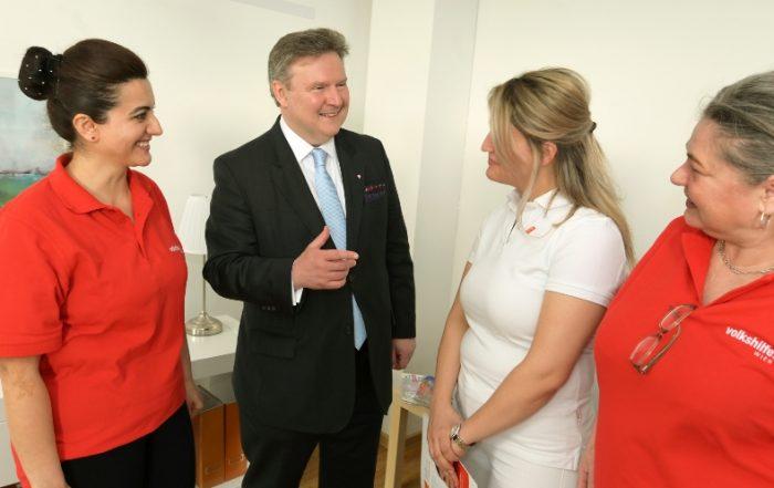 Bürgermeister Dr. Michael Ludwig im Gespräch mit Pflegekräften, Copyright: C.Jobst/PID