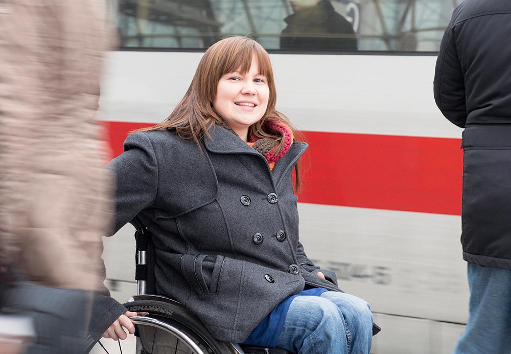 Junge Frau im Rollstuhl am Bahnhof, Bildnachweis: Wolfgang Bellwinkel | DGUV