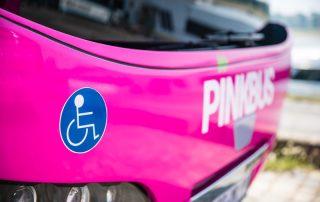 Rollstuhl im Bus, Foto: Pinkbus