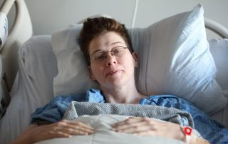 Frau im Krankenbett, Photo by Sharon McCutcheon on Unsplash