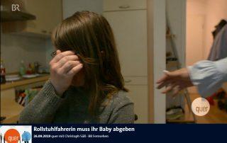 Screenshot Rollstuhlfahrerin muss ihr Baby abgeben 26.09.2019 quer mit Christoph Süß ∙ BR Fernsehen