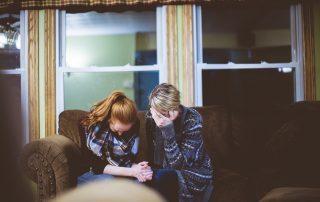 pflegende Angehörige entmutigt auf Sofa, Credit: Ben White, Unsplash