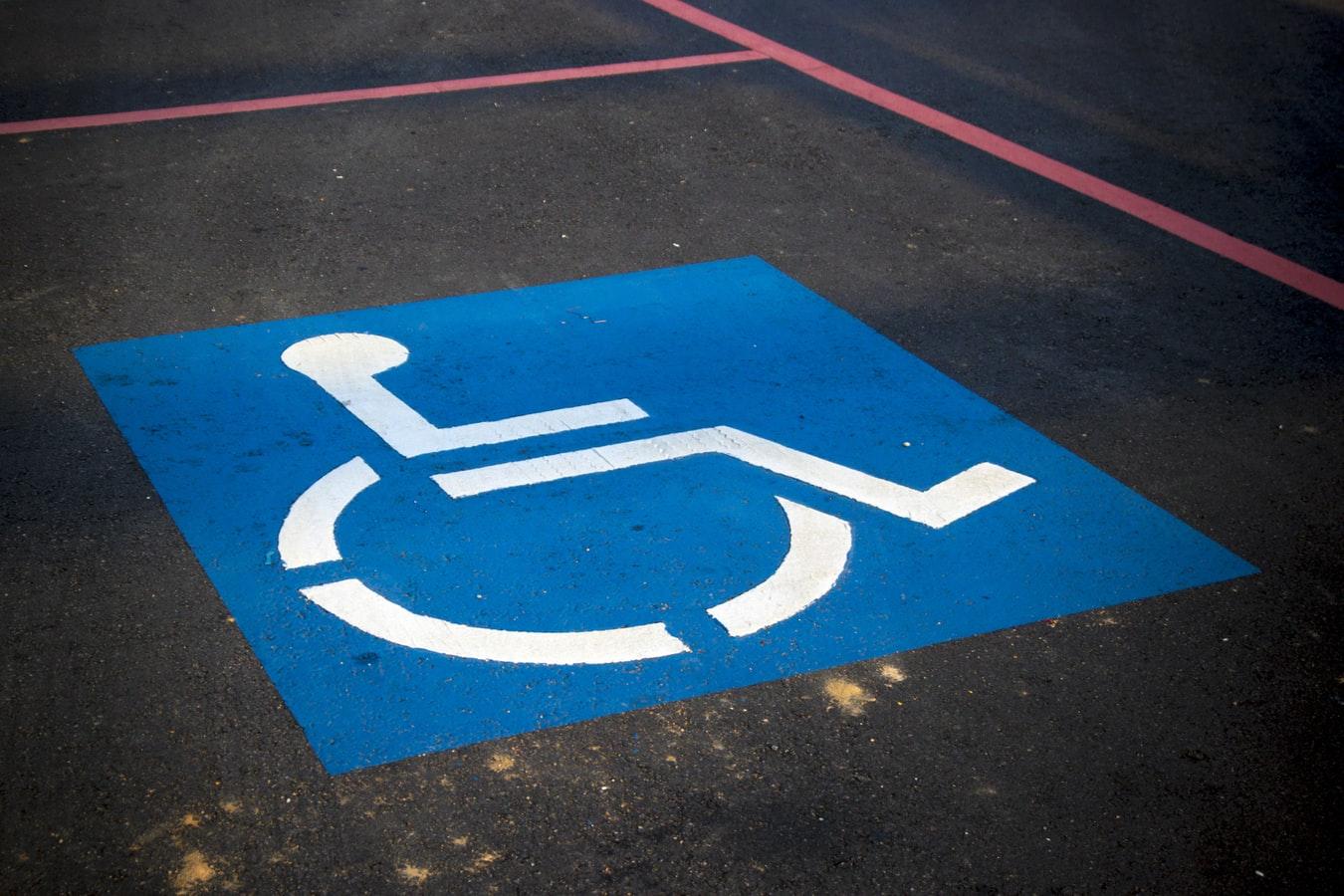 Behindertenparkplatz, Photo by AbsolutVision on Unsplash