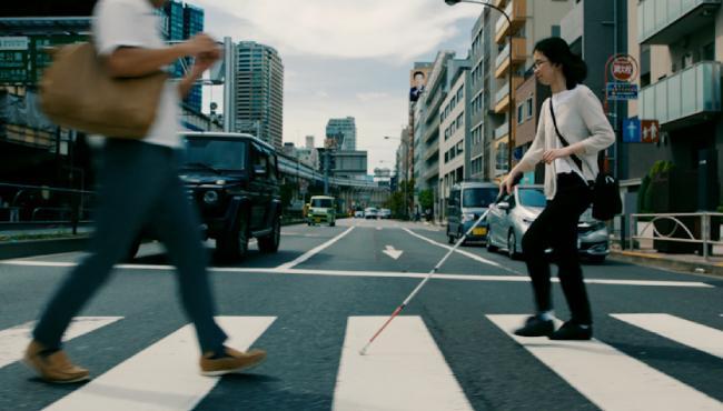 Blinde Frau überquert Zebrastreifen, Foto: google.com