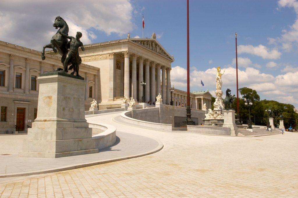 Blick auf die Fassade des Parlamentsgebäudes an der Ringstraße von der Schmerlingplatzseite © Parlamentsdirektion / Peter Korrak