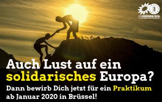 Mann hilft anderem Mann vor einem Sonnenuntergang auf einen Berggipfel. Text: Auch Lust auf ein solidarisches Europa? Dann bewirb dich jetzt für ein Praktikum ab Januar 2020 in Brüssel!