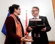 Brigitte Zarfl übergibt ihr Amt an den neuen Sozialminister Rudolf Anschober, Fotocredit: BKA/BMASGK