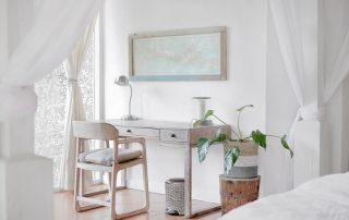Symbolbild Home Office: weißer Schreibtisch neben weißem Bett, Foto: Unsplash
